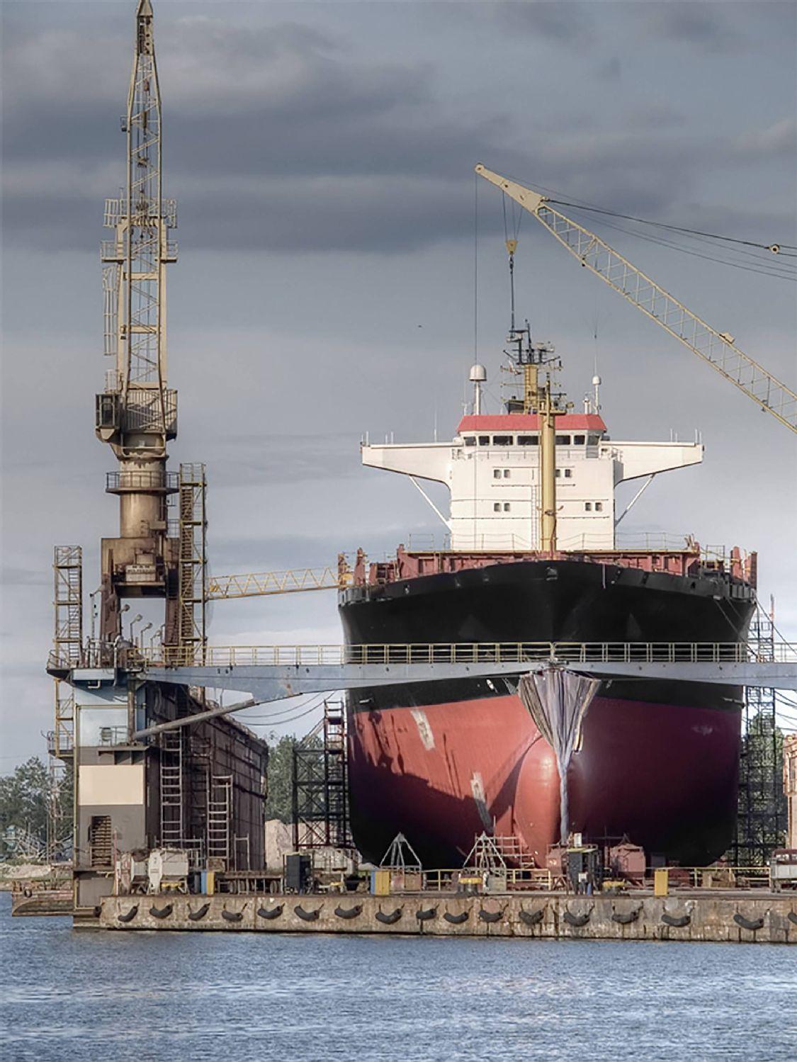 瓦锡兰瑞士维修服务公司的员工在世界各地的海域进行船上维修和改装工作。