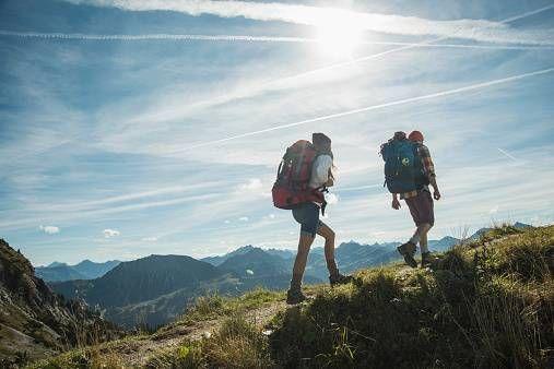 Mann und Frau wandern in den Bergen.jpg