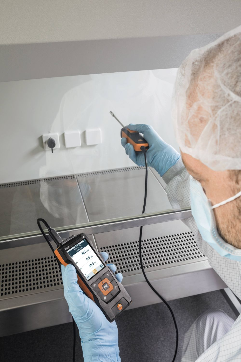 Volumetric flow measurement in fume cupboards with fume cupboard probe and testo 440