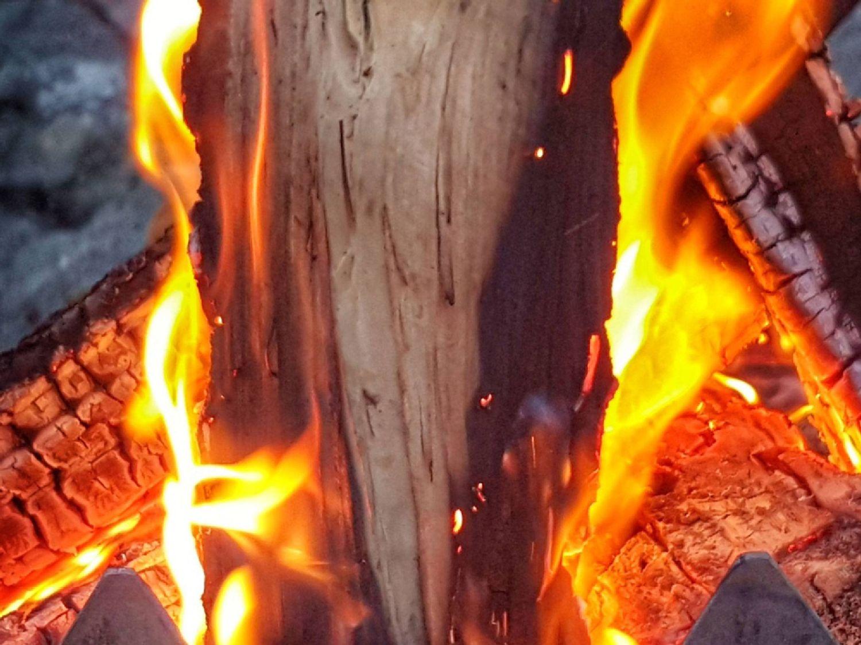 一堆篝火舒适而温暖,但同时产生细颗粒