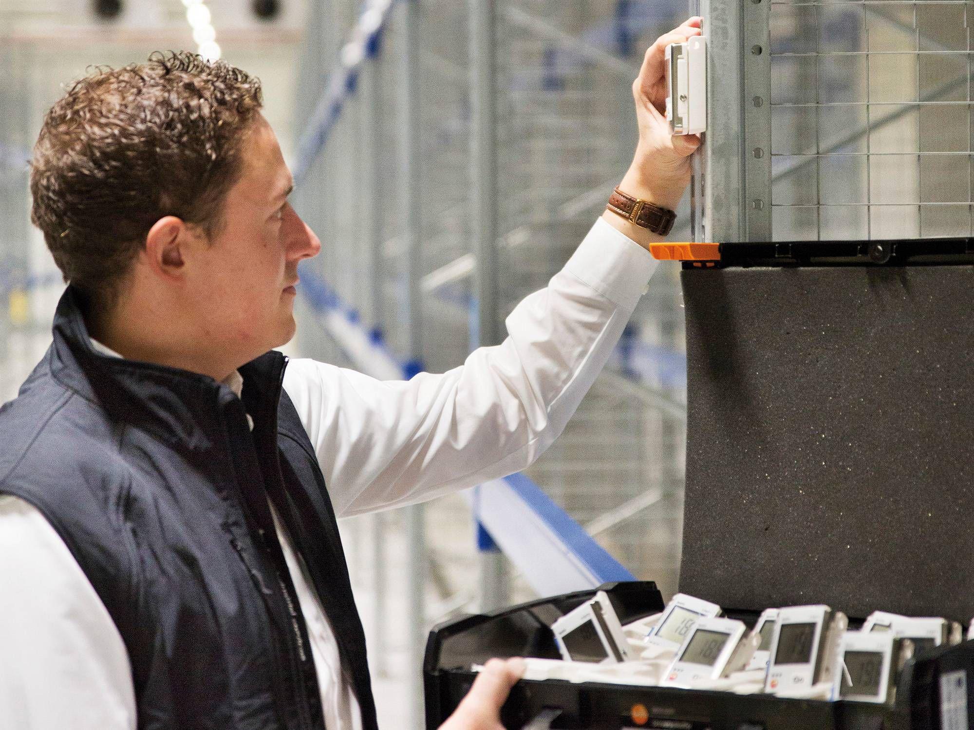 使用数据记录仪检查高架仓库的温度和湿度状况