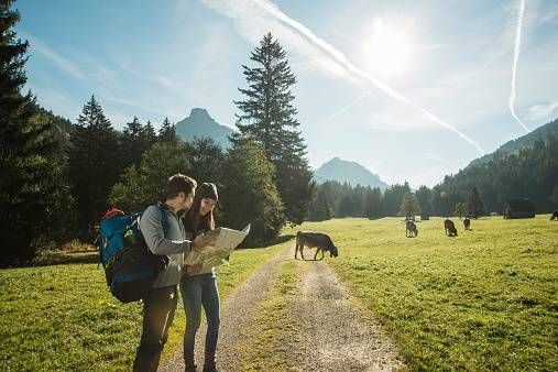Mann und Frau wandern mit Karte.jpg