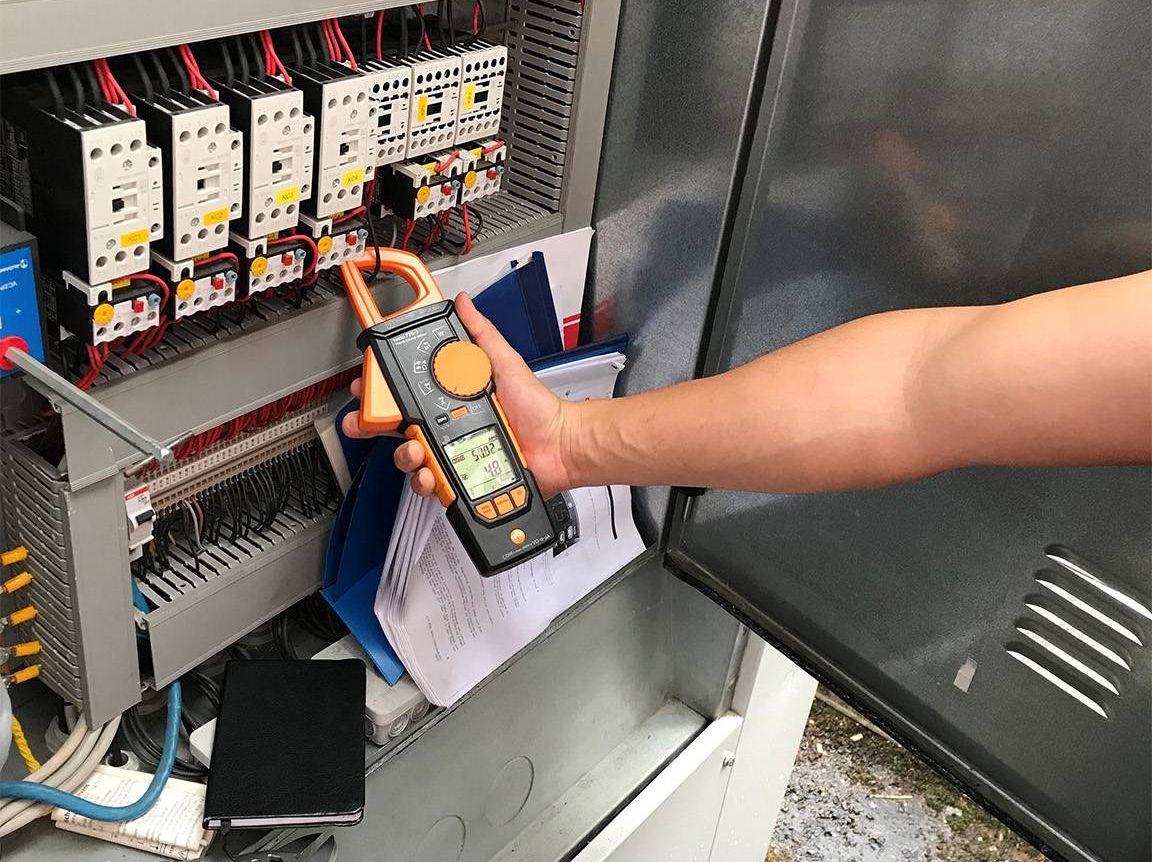 Stromzange testo 770-3 im Einsatz am Schaltschrank