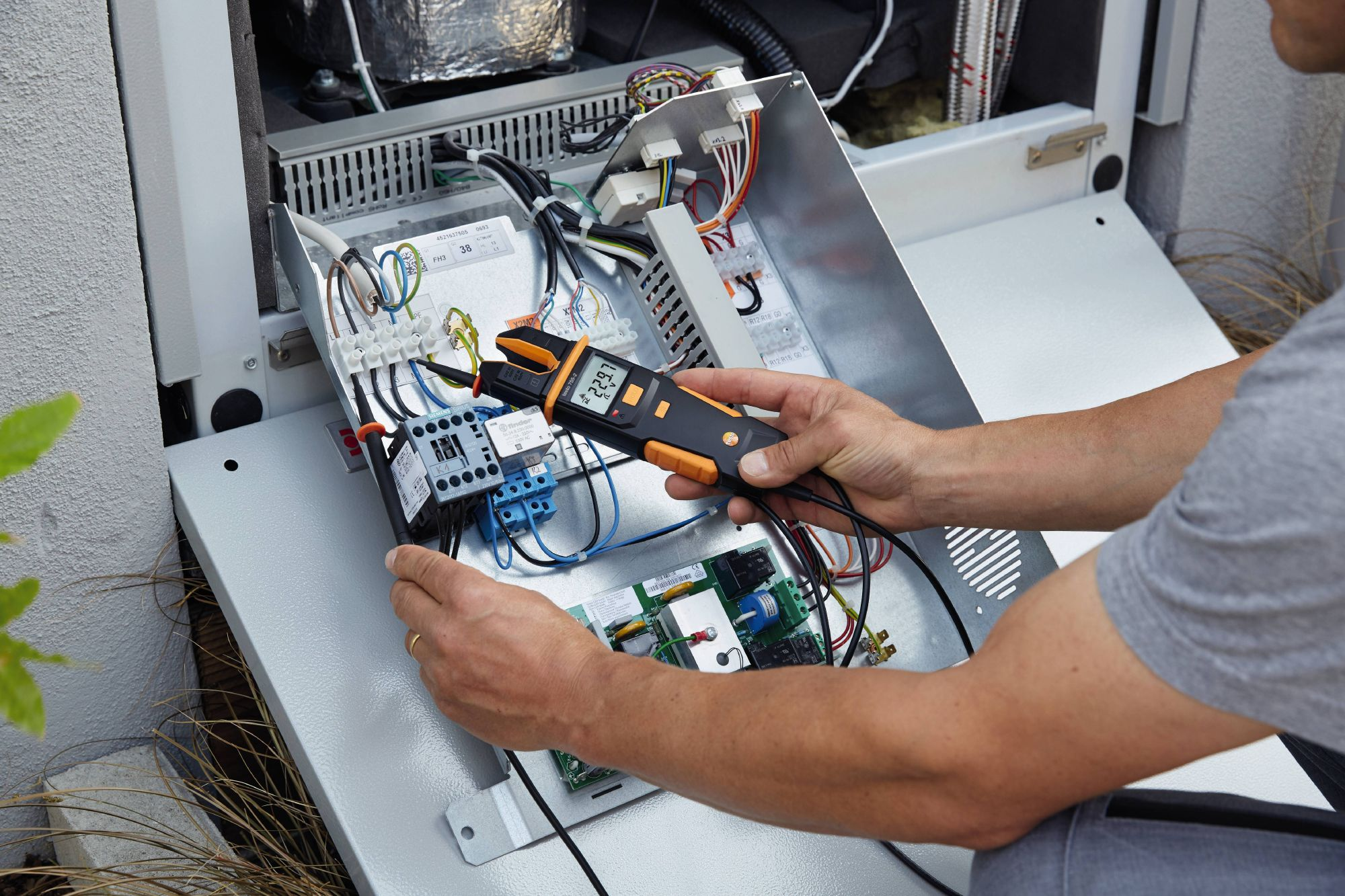Test electrical installations with current tester