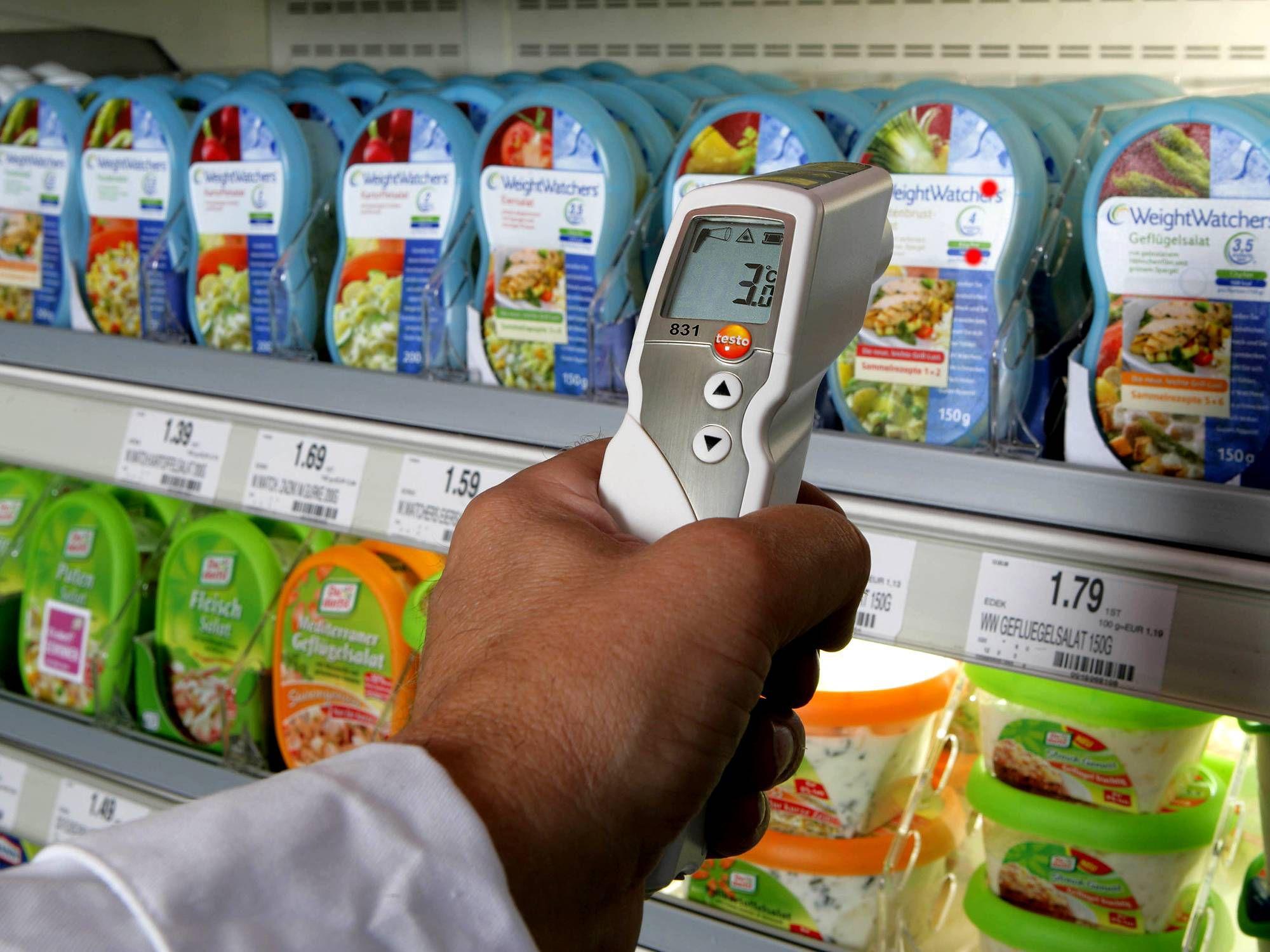 德图仪器的红外测温仪对进货产品进行非接触式测量