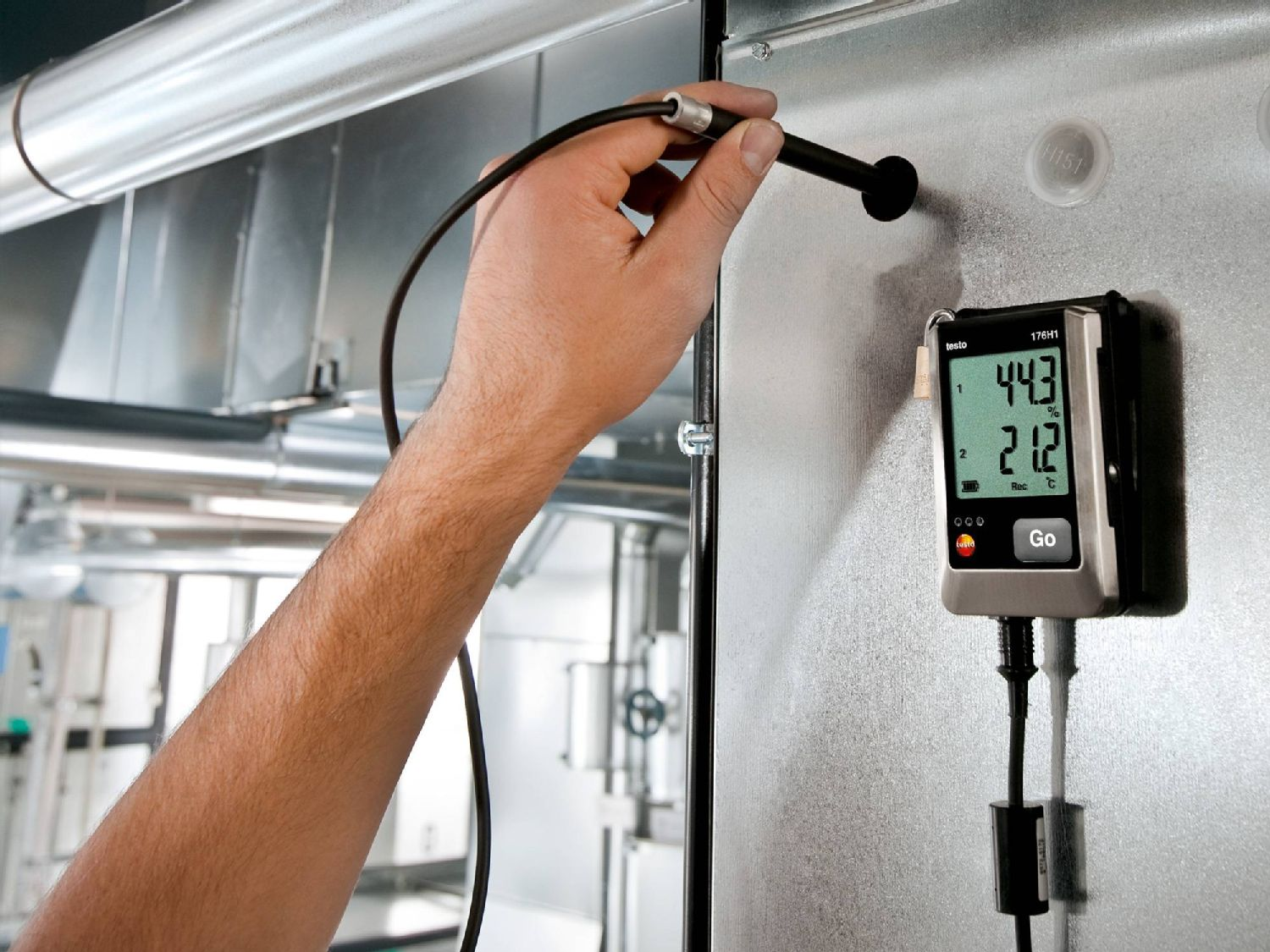 Measuring humidity in walls with data logger