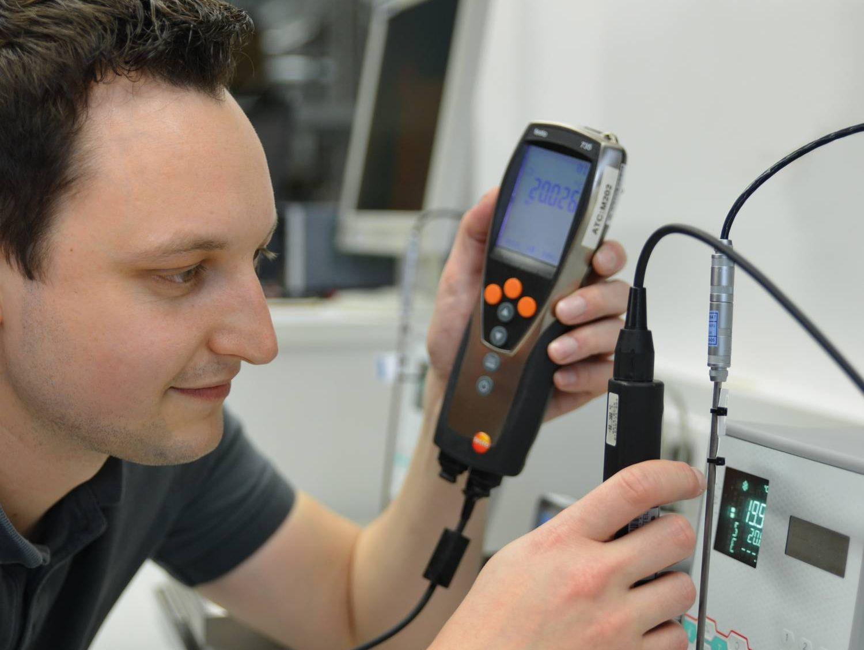 Testo kalibráló laboratóriuma munka közben