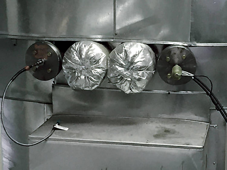 使用法兰将船用 testo 350 的探针安装在废气管道采样口