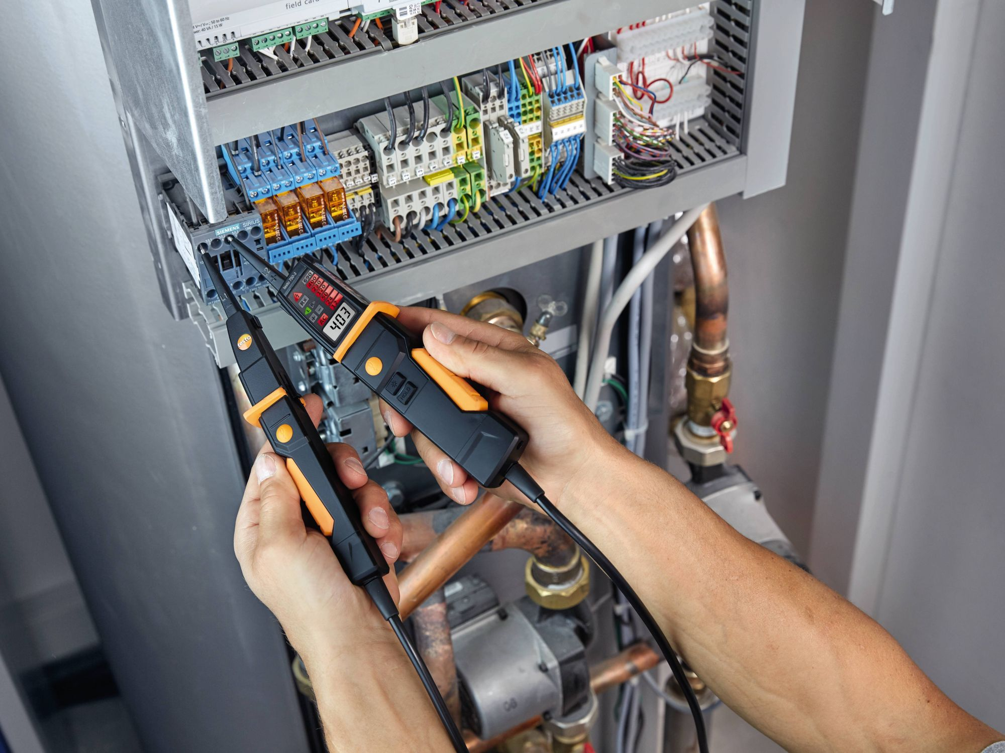 Test electrical installations with voltage tester