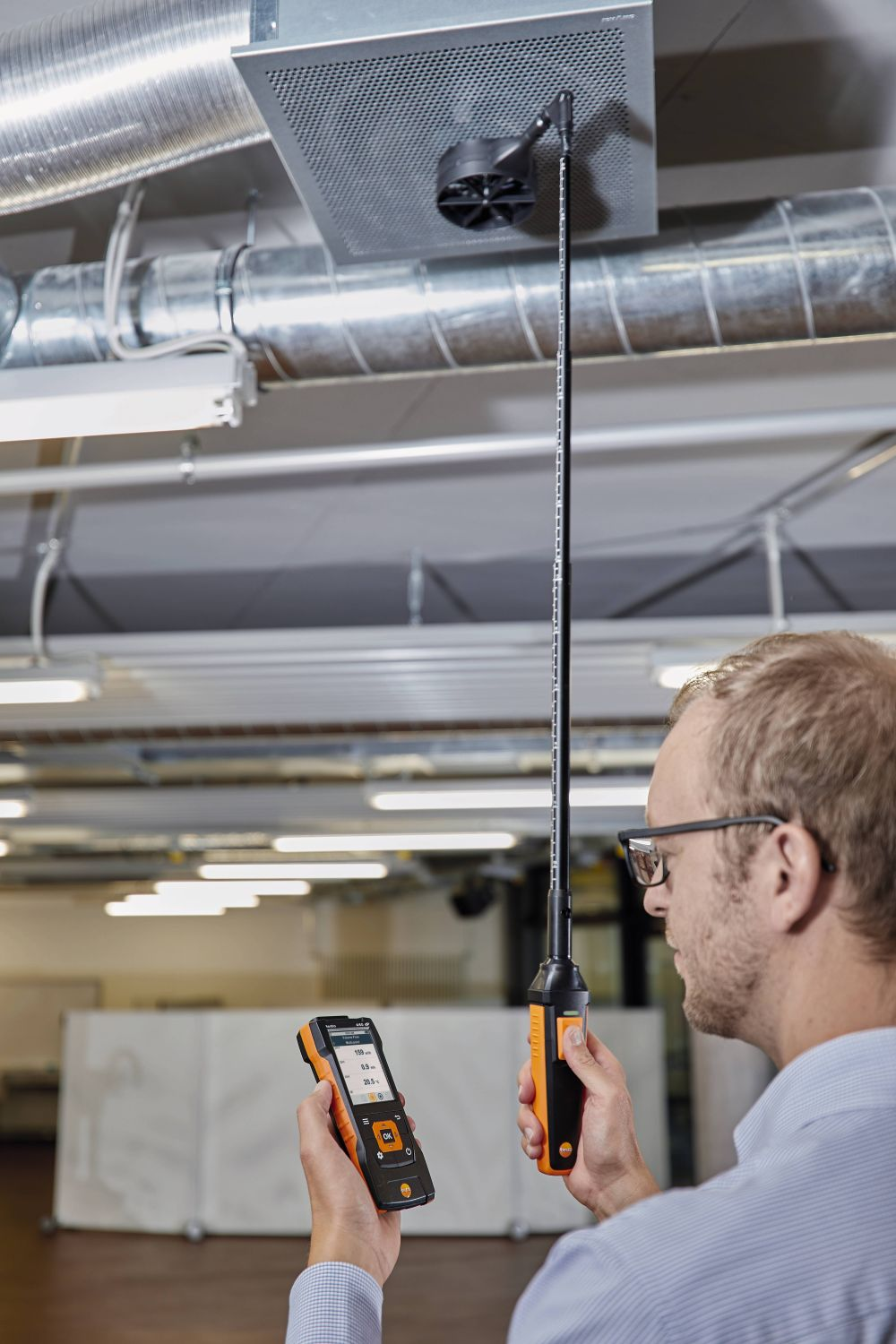 Volumetric flow measurement at ceiling outlets with vane probe (Ø 100 mm) and testo 440