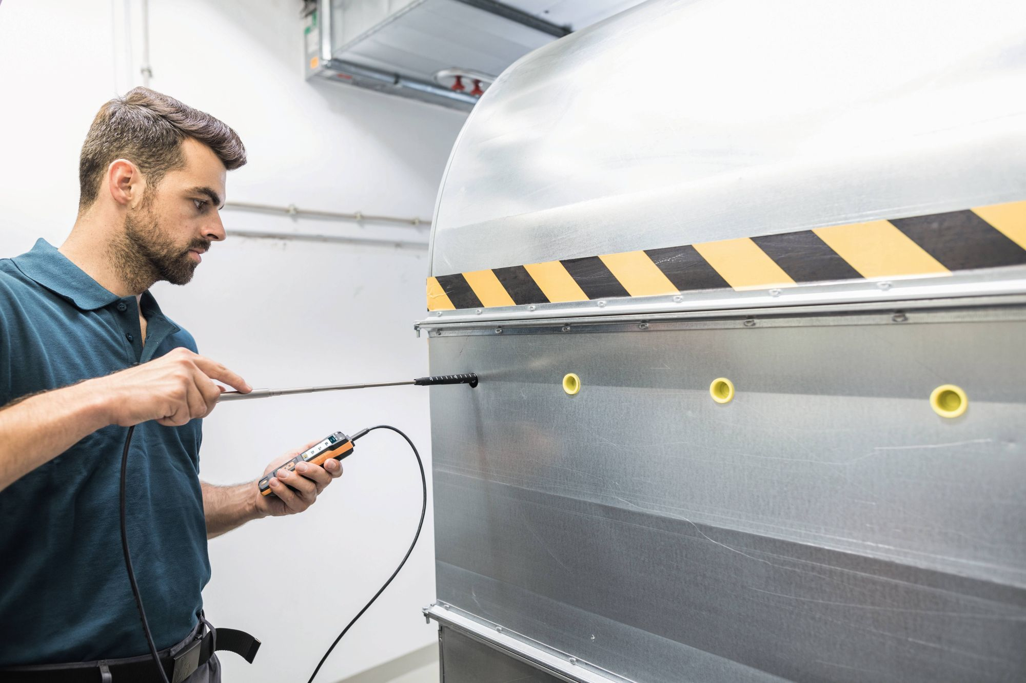 Medición de caudal  volumétrico en scanales de ventilación con sonda de molinete (Ø 16 mm) y testo 440