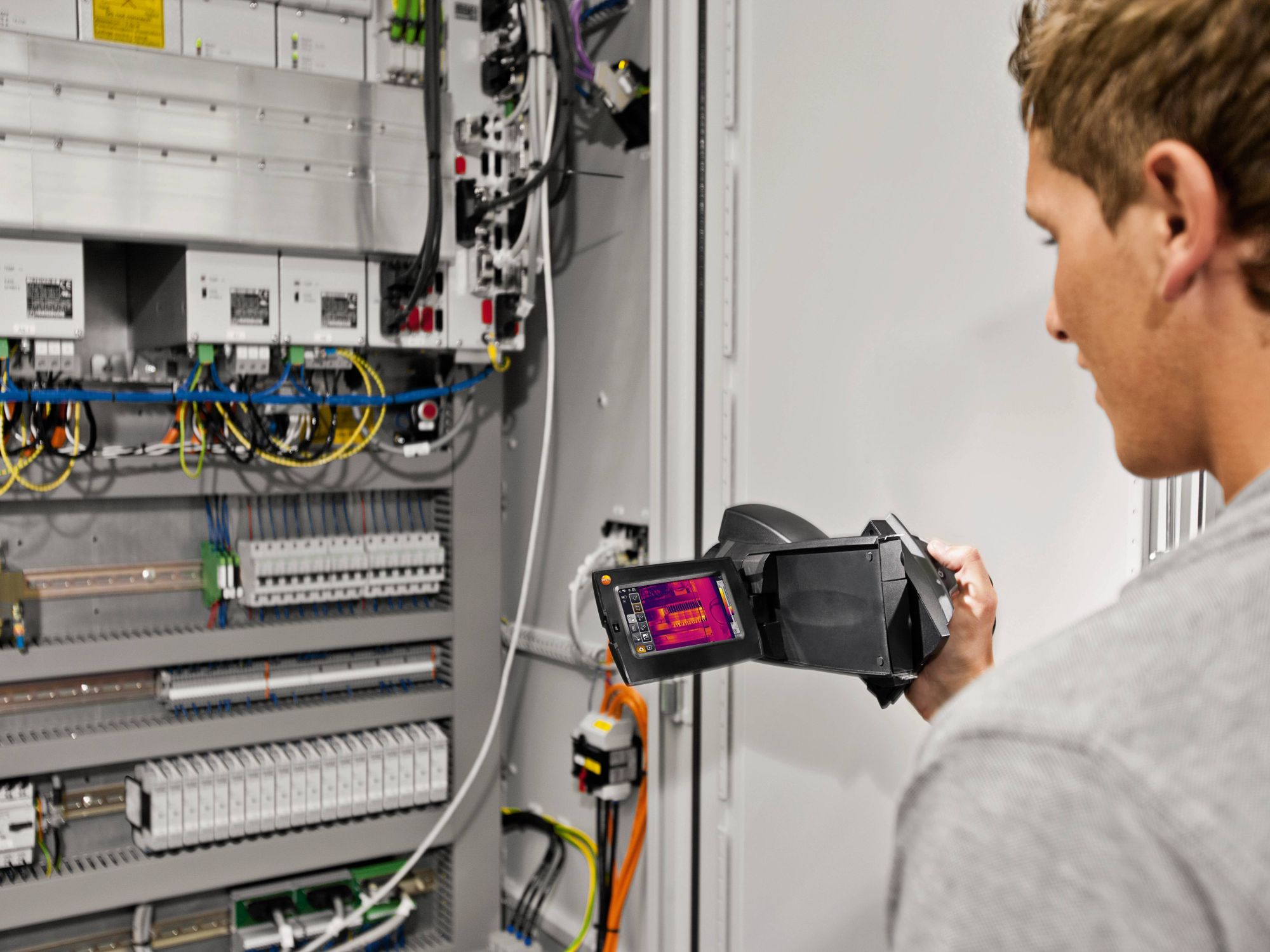 Maintenance of switch cabinets with thermal imager